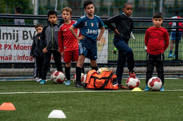 De jeugd van LMO in Rotterdam mag weer trainen. Beeld Jerry Lampen