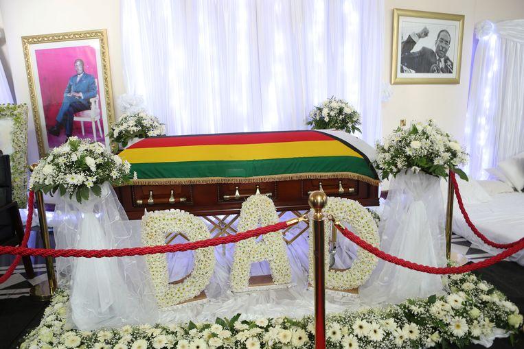 Het lichaam van Mugabe ligt voorlopig nog opgebaard op zijn landgoed in Harare. Zondagavond zou hij volgens zijn familie begraven worden in zijn geboortedorp.