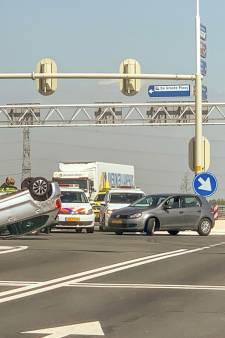 Auto op de kop bij Westerval in Enschede