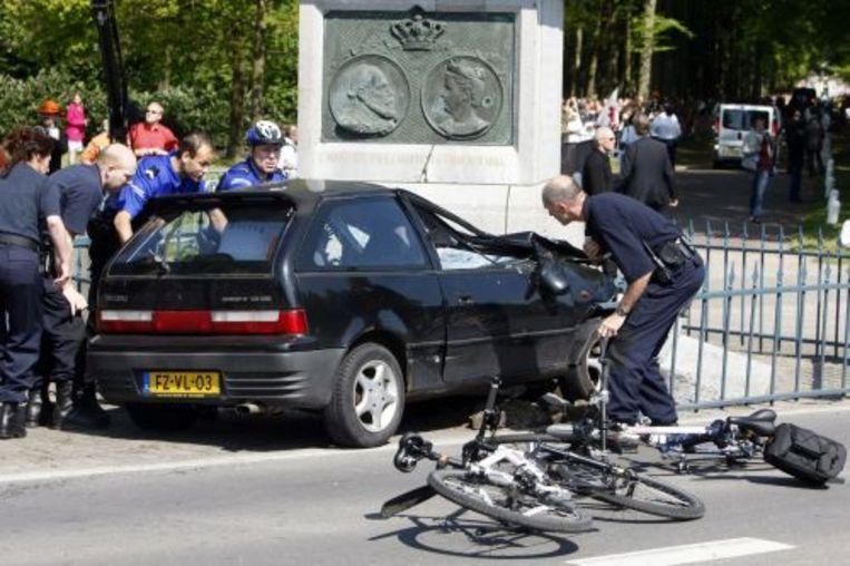De auto van Karst T. nadat hij tegen De Naald in Apeldoorn was gereden tijdens koninginnedag. ANP Beeld