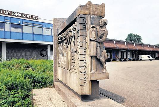 Reliëf van de oude Rotterdamse Bijenkorf bij het Bijenkorfmagazijn in Woerden