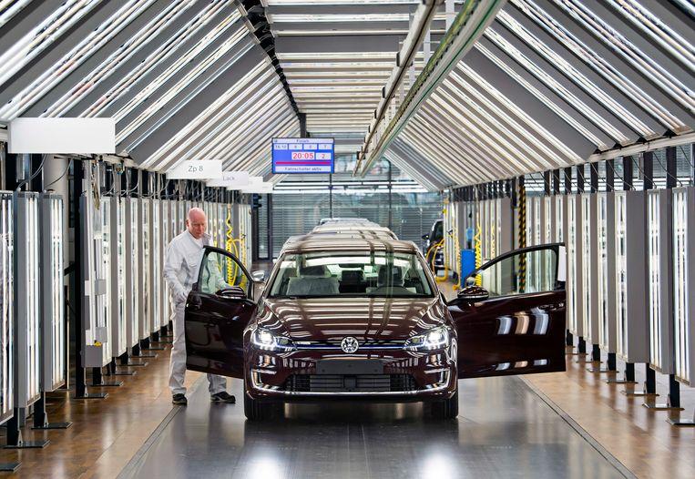 In deze fabriek in Dresden rolt de e-Golf nu al van de band. Volkswagen wil in 2025 tot wel 3 miljoen elektrische voertuigen per jaar maken.