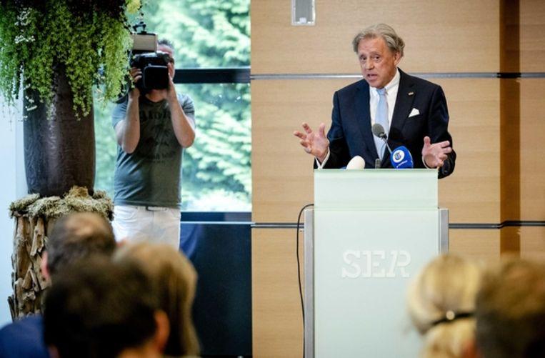 Voorzitter Ed Nijpels presenteert de hoofdlijnen van het Klimaatakkoord. Beeld ANP