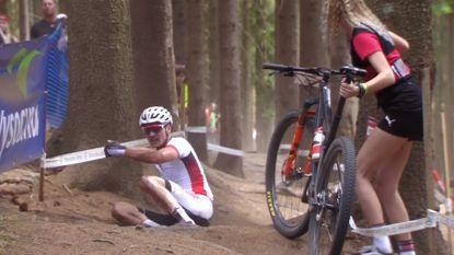 Schurter zegeviert na millimetersprint in Wereldbeker mountainbike, Van der Poel geeft op na lelijke val