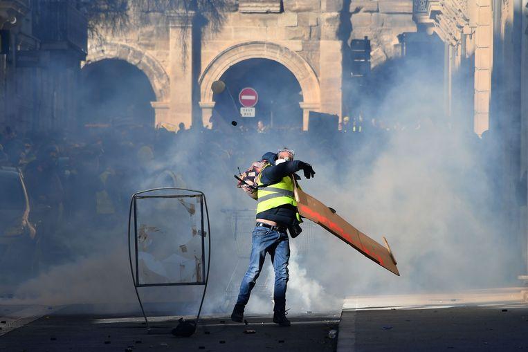 Bij de protesten in Nîmes werd traangas ingezet.