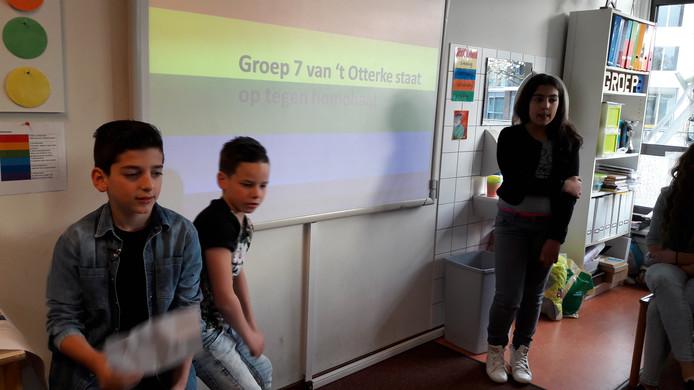 David Terzyan, Jasper van Ham en Lugain Almostafa geven een presentatie over homohaat