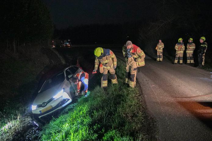 De brandweer kwam ter plaatse nadat de auto in de sloot belandde.