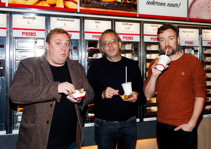 Roelof de Vries, Marcel van Roosmalen en Jan Dirk van der Burg (v.l.n.r.) openen vrijdagavond met de voorstelling 'Dit is Hardenberg' het Nationaal Theaterweekend in de Voorveghter.