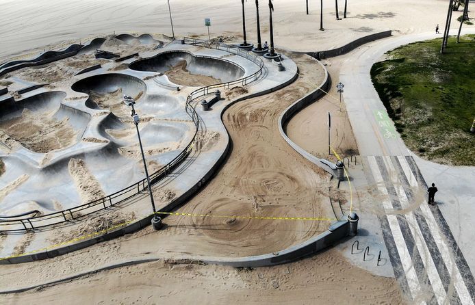 Le Skate Park de Venice Beach, recouvert de sable, pour éviter la foule pendant la pandémie.