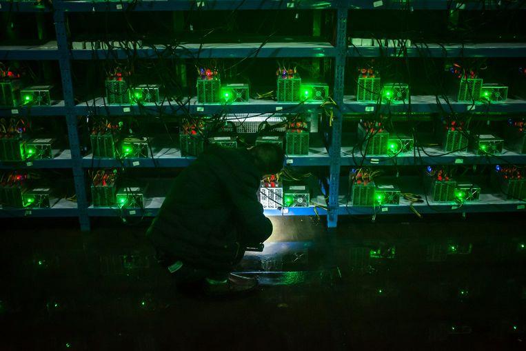 Een Bitcoin-'mijn' in de Chinese provincie Sichuan. Een serie computers lost de klok rond complexe formules uit om virtueel geld te delven.