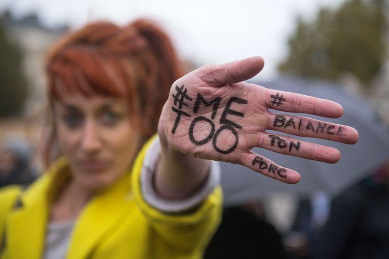 Een demonstrante tijdens een MeToo-rally in Frankrijk . Beeld EPA