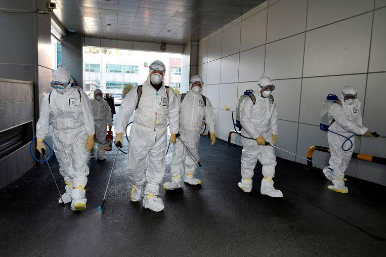 Delen van de stad Daegu worden gedesinfecteerd.  Beeld AFP