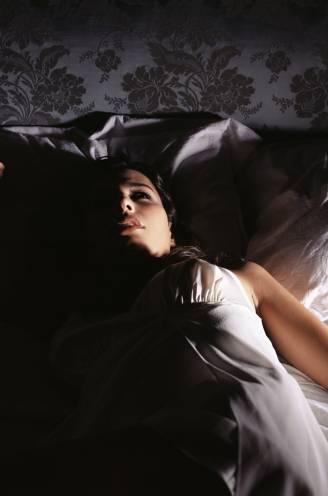 Vrouwen hebben dubbel zoveel kans op slaapproblemen als mannen. En dat ligt niet alleen aan hun hormonen
