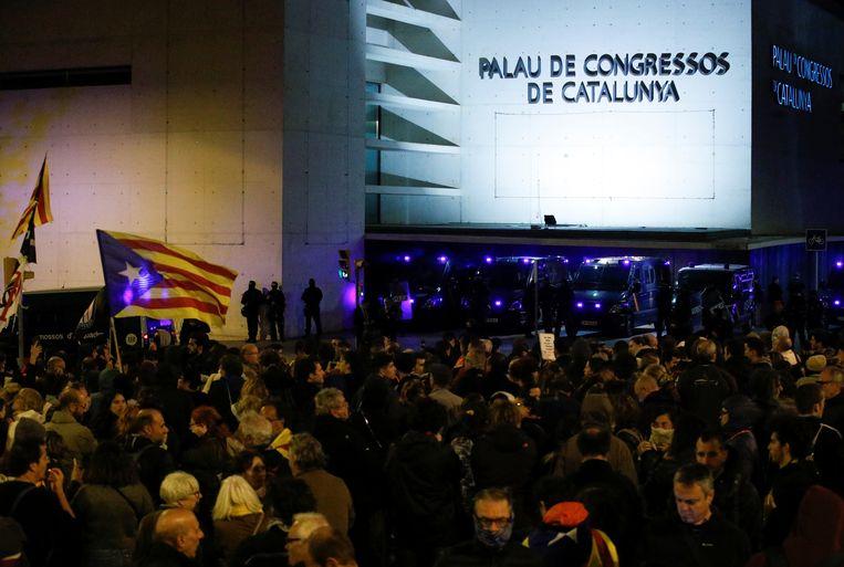 Catalaanse betogers aan het congrescenter / hotel in Barcelona waar de koninklijke familie verblijft.