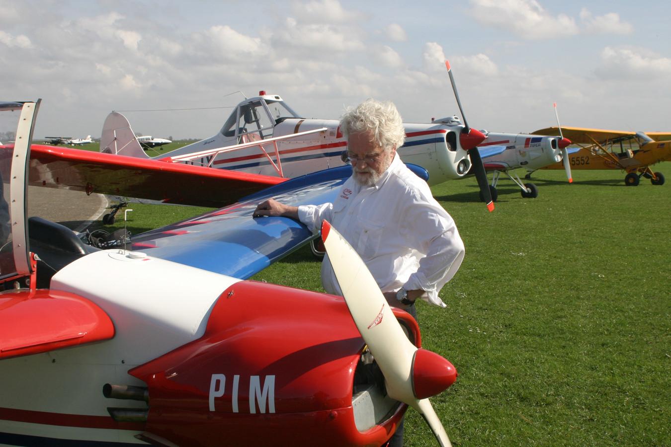 Eigenaar Cris Neidt bij een deel van de CNE Air-vloot.