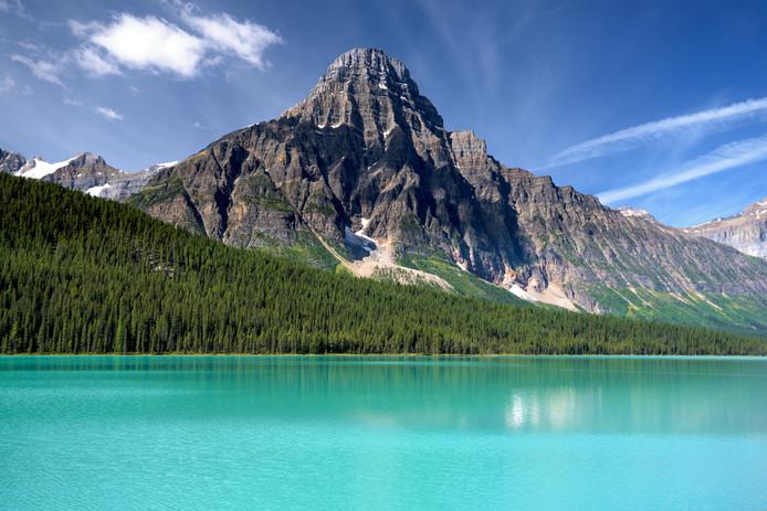 De berg Howse Peak bij Lake Louise in de zomer.