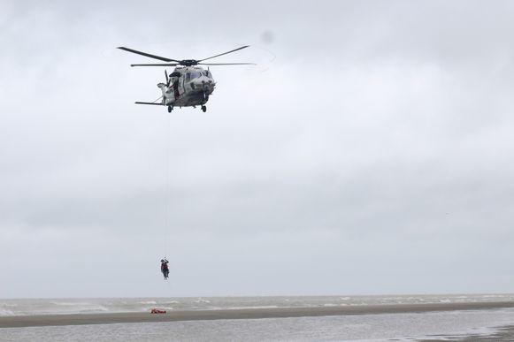 De NH-90-reddingshelikopter zoekt mee naar de vermiste duikers (archiefbeeld).