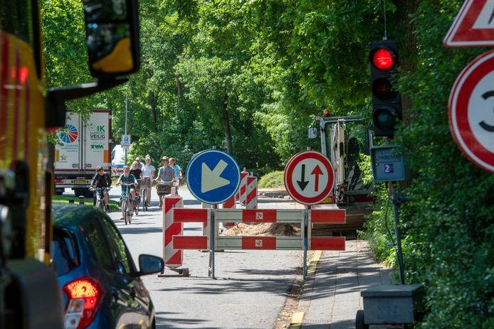 Geen doorkomen aan voor brandweerlieden die de brandweerkazerne aan de Oude Telgterweg in Ermelo wilden bereiken. Liander belooft beterschap.
