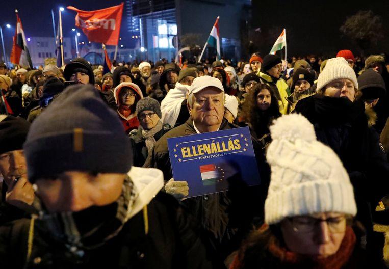 Demonstranten bij het gebouw van de staatstelevisie in de Hongaarse hoofdstad Boedapest.  Beeld REUTERS