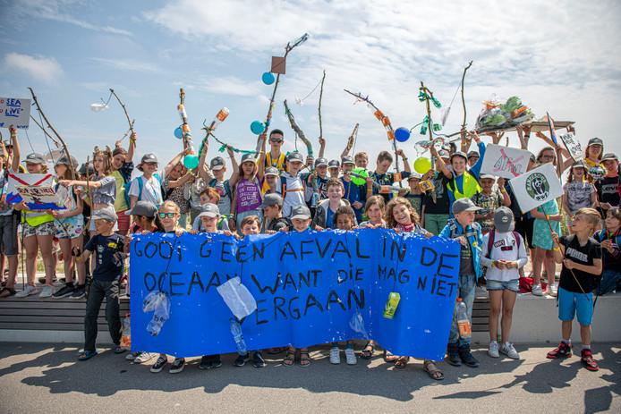 Rangers van het World Wide Fund For Nature, in het Nederlands het Wereld Natuur Fonds, kwamen in Cadzand-Bad in actie voor behoud van de planeet.