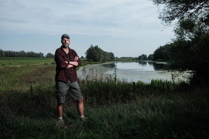 Sander Woonings op de plek in Herwen waar het monument moet komen, de crashplek van de Spitfire.