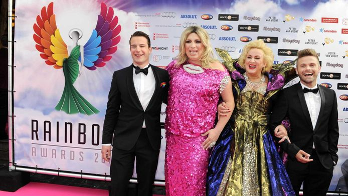 Links Mayday met vriend, midden Karin Bloemen en rechts Peter van der Vlugt op de rode loper voorafgaand aan de uitreiking van Rainbow Awards