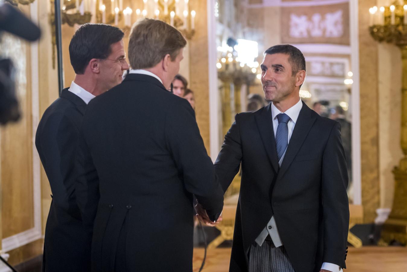 Paul Blokhuis tijdens zijn beëdiging als staatssecretaris door Koning Willem-Alexander in Paleis Noordeinde.