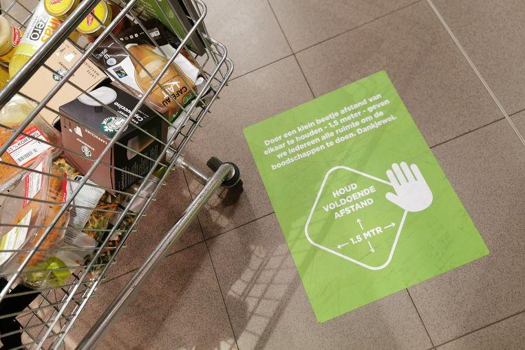 Supermarkten moeten hun coronamaatregelen in de winkel duidelijk maken aan de klanten. Het is verplicht 1,5 meter afstand te houden.