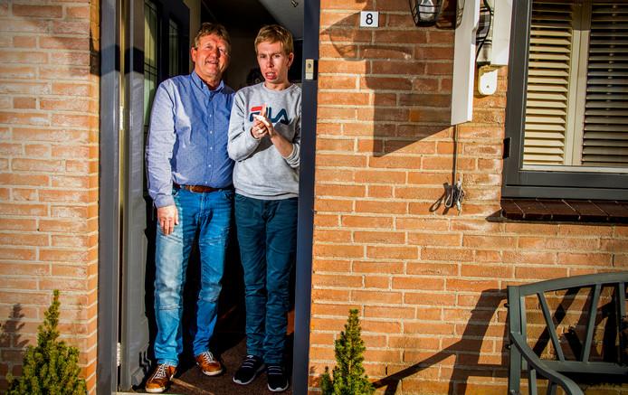 Ton de Groot en zijn zoon Andy. Andy is autistisch en woont vanwege de coronacrisis tijdelijk weer thuis bij zijn ouders.