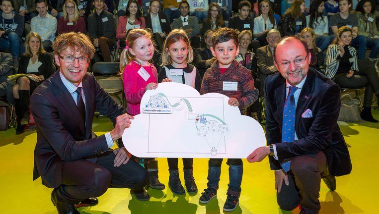 Staatssecretaris Sander Dekker en voorzitter Paul Schnabel presenteren Platform Onderwijs2032. Beeld null