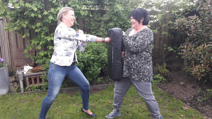 Ingrid Meurkens (links) en Els Ramakers. Het stootkussen is een belangrijk hulpmiddel tijdens de training van Windkracht.