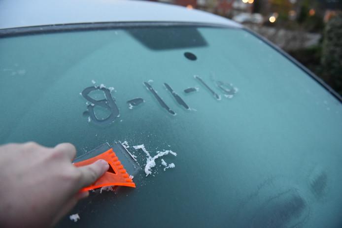Veel automobilisten moesten dinsdagmorgen voor het eerst dit najaar hun voorruit krabben. Foto: Ginopress
