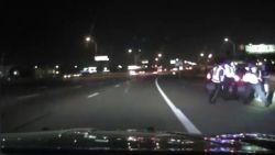 Waanzinnige dashcambeelden: dronken man ramt politieauto en mist nipt agenten