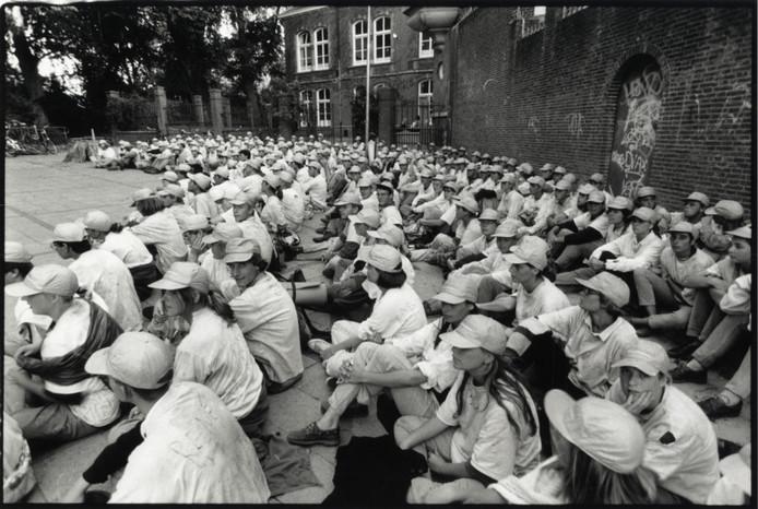 Deze studenten van Veritas (1988) wachten op wat komen gaat op het plein van de Vrije School aan het Hieronymusplantsoen.