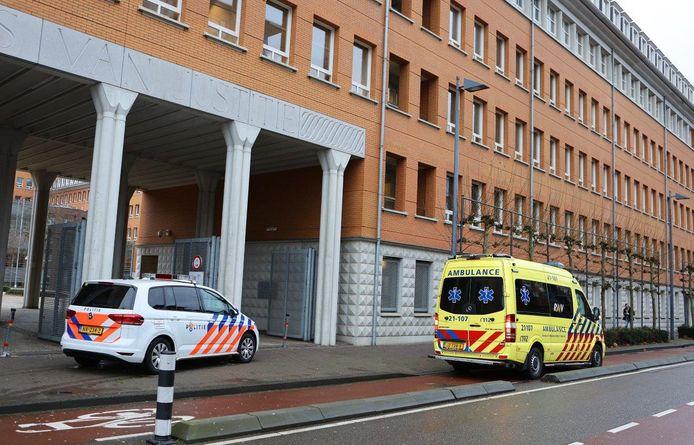 Politie en ambulance vlakbij de ingang van het Paleis van Justitie.