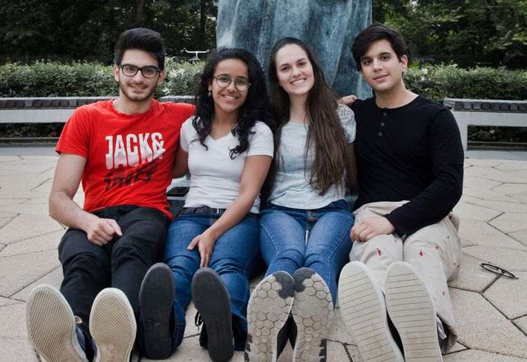 Vier buitenlandse studenten op de campus van de Erasmus Universiteit (v.l.n.r.). de Roemeense Bogdan Hurjui (20), Nandini Agarwal (21) uit India, de Venezolaanse Barbara Burgues (20) en José Luis Sarmiento (20) uit Peru (zie hieronder voor een interview over hun ervaringen). Beeld Otto Snoek