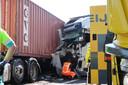 Vrachtwagen botst op andere vrachtwagen met pech