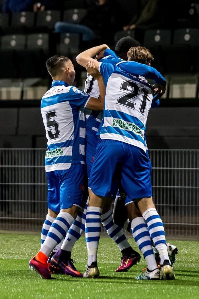 PEC spelers vieren het doelpunt van PEC Zwolle speler Queensy Menig voor de 0-1