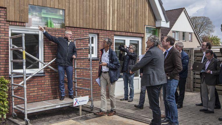 Een deskundige jury bekijkt verschillende panden die door de NAM zijn gekocht in het bevingsgebied in Groningen naar diverse bouwkundige oplossingen. Beeld Harry Cock