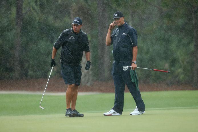 Phil Mickelson en Tom Brady in de regen.