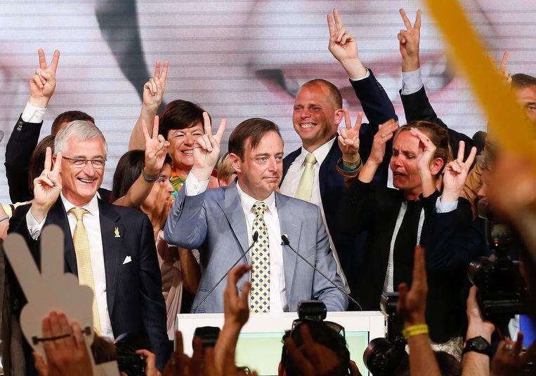 N-VA-voorzitter Bart De Wever en de toplui uit zijn partij op de verkiezingsavond van 2014.