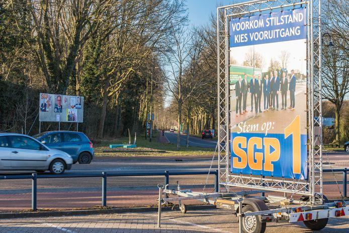 Verkiezingsbord SGP in Staphorst bij hotel Waanders op de parkeerplaats.