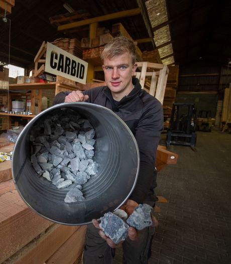 Carbidverkoper Bram klaar voor knallende verkoop in IJsselmuiden: 'Ze bellen overal vandaan'