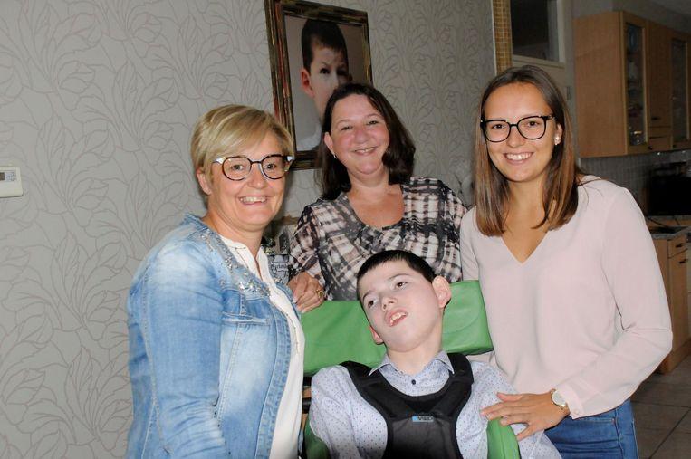 Sandra Deferm, Corinna Speelmans en Laura Duchateau samen met Thomas, die lijdt aan het MECP2-duplicatie syndroom.