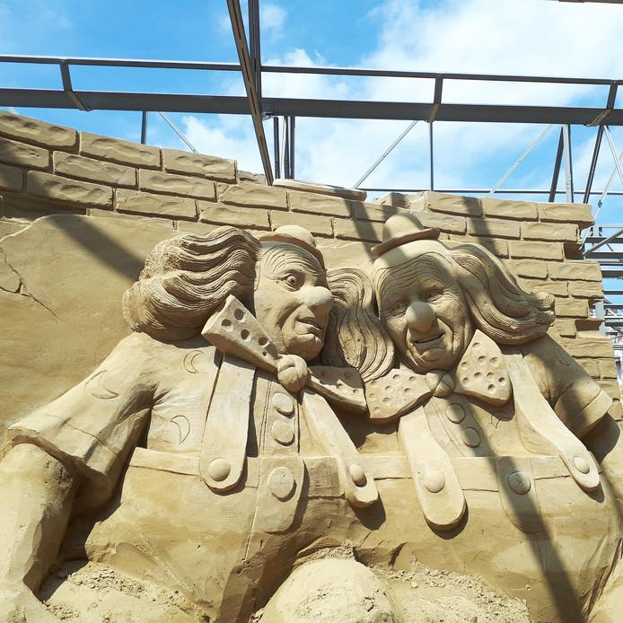 Twee clowns sieren de entree van het Zandsculpturen Festival Brabant.