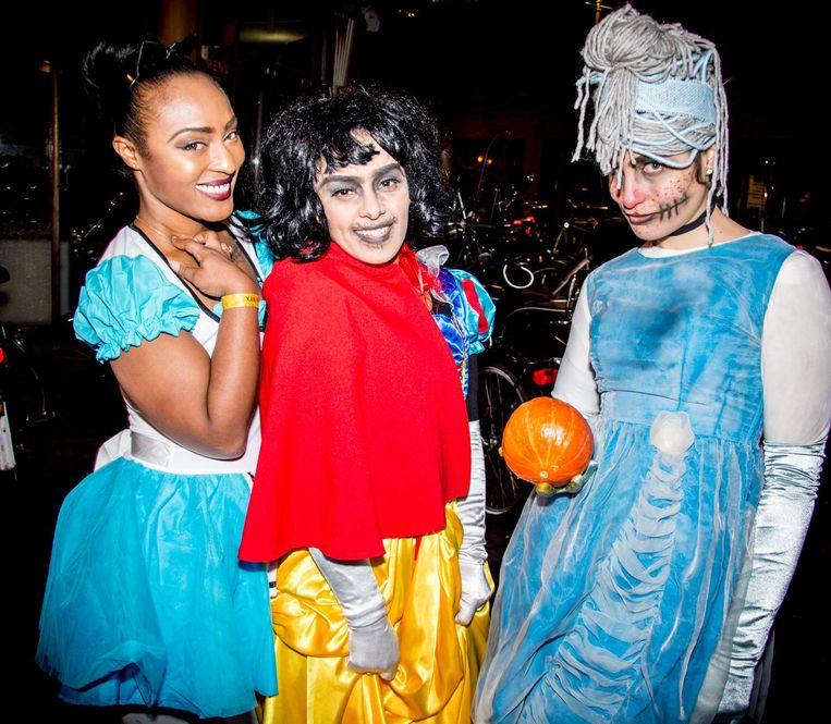 Het is in de Exit steevast bloedheet, dus ook verlepte prinsessen met verlopen make-up zijn welkom. Beeld Exit Café