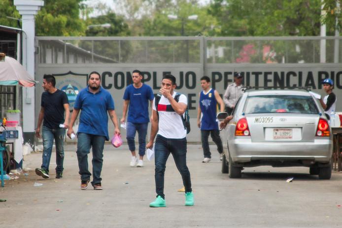 Mannen verlaten de La Modelo-gevangenis in Tipitapa.