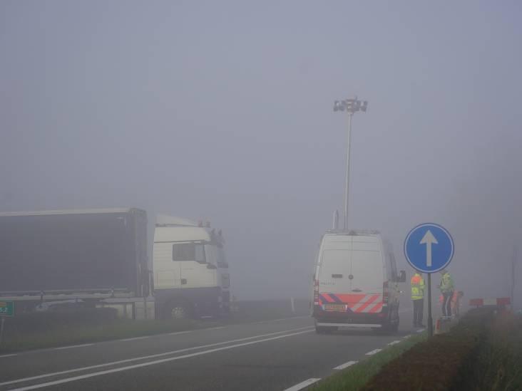 Vrachtwagen rijdt motorrijder aan in dichte mist in Hooge Zwaluwe