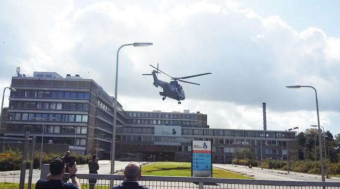 Een van de helikopters stijgt op bij het voormalige Refaja-ziekenhuis.
