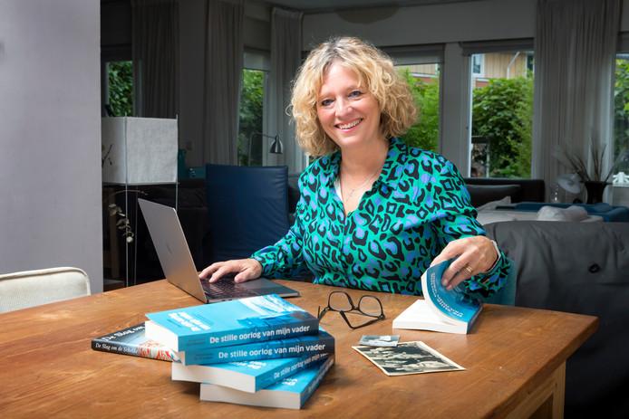 Annemieke de Schepper bladdert door haar debuutroman 'De stille oorlog van mijn vader'.